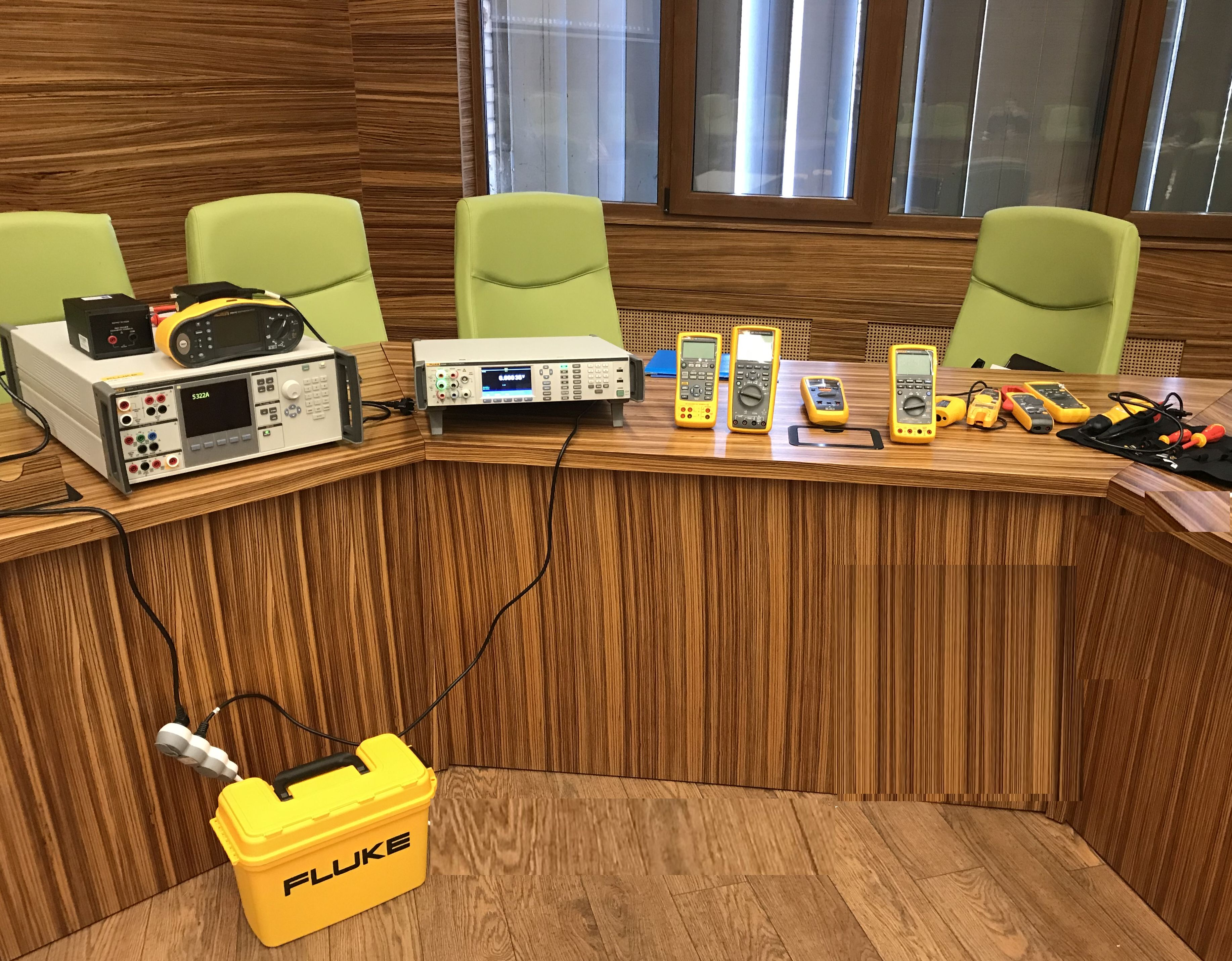 """Al XXIX-lea Seminar de calibrare - """"Multimetre etalon de 8 ½ digits – o noua generație"""" și """"Verificarea și etalonarea testerelor pentru instalații electrice"""""""